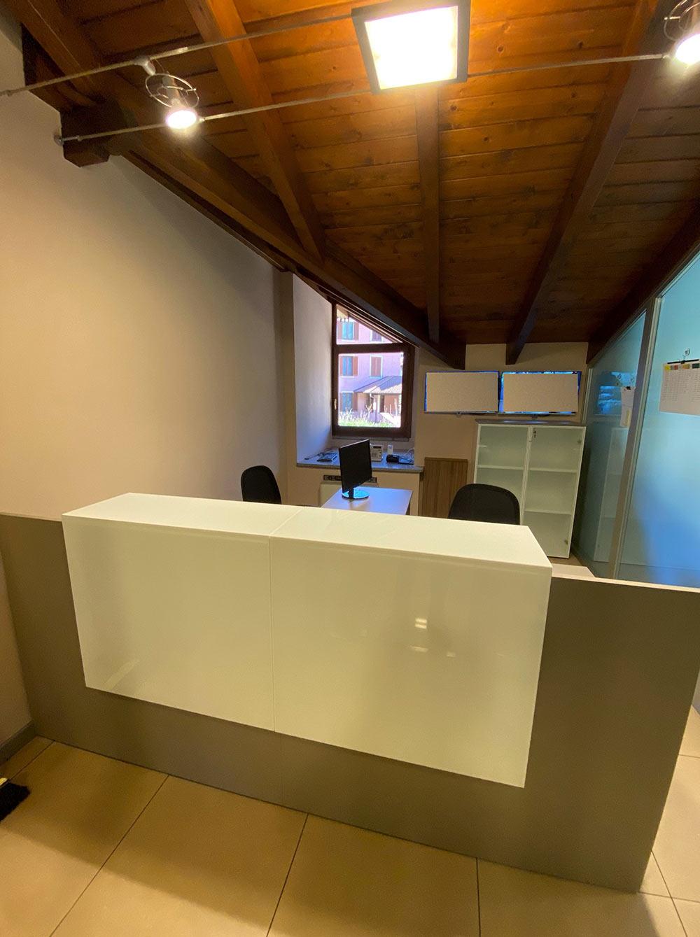 Realizzazione reception per ufficio di onoranze funebri a Varese - Comtec s.r.l. Via Dalmazia 51 201